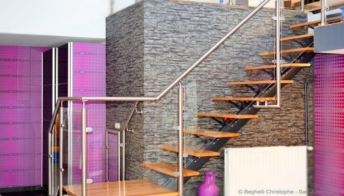 Murs en papier peint imitation briques et papier décoratif dans un salon