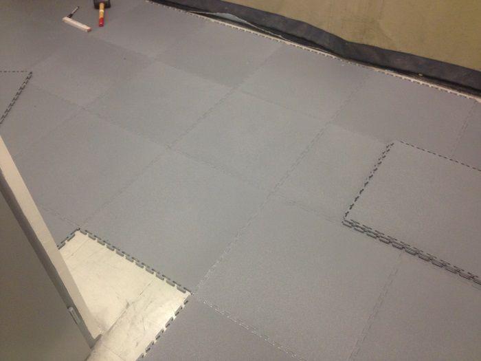 Dalles PVC Puzzle 50x50 dans un atelier